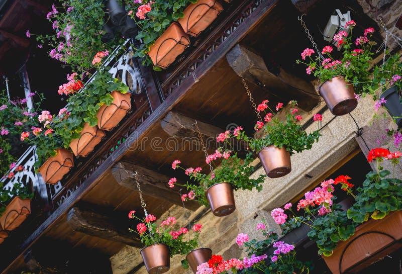 Härlig terrass eller balkong med blommor i den medeltida staden av Puebla de Sanabria spain arkivfoto