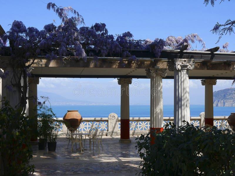 Härlig terrass som förbiser havet i Sorrento Italien arkivbilder