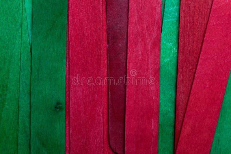 Härlig textur av naturliga träslats av gröna och röda färger Naturligt och åldrigt utseende arkivbilder