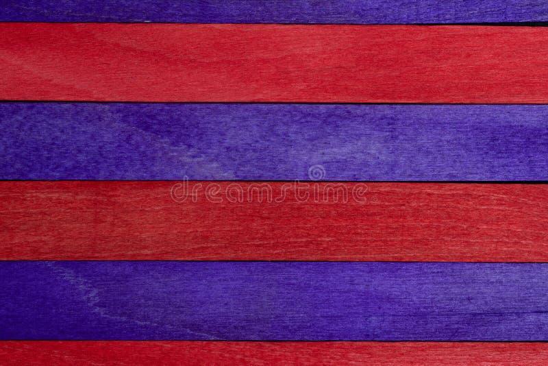 Härlig textur av naturliga träslats i purpurfärgade och röda färger Naturligt och åldrigt utseende fotografering för bildbyråer