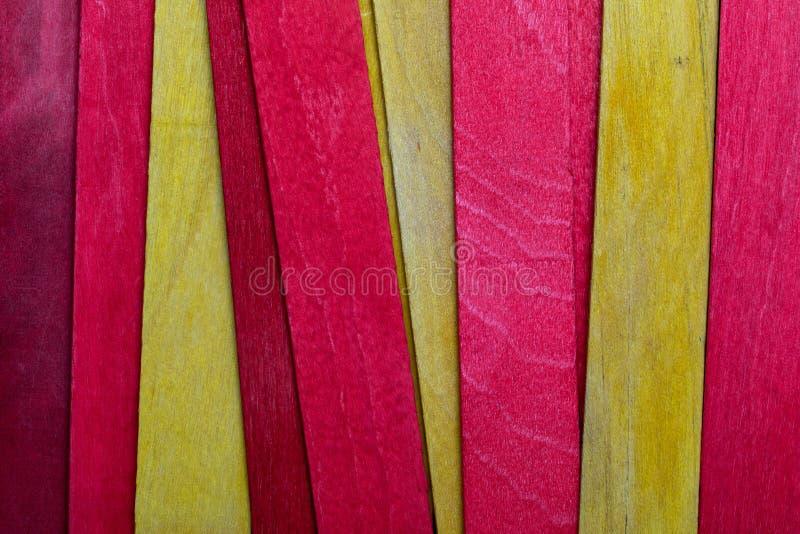 Härlig textur av naturliga träslats av röda och gula färger Flagga av Catalonia royaltyfri foto