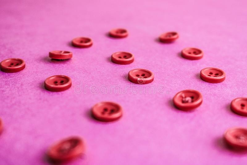 Härlig textur med många runda rosa knappar för att sy, handarbete kopiera avstånd Lekmanna- lägenhet Rosa purpurfärgad bakgrund arkivfoto