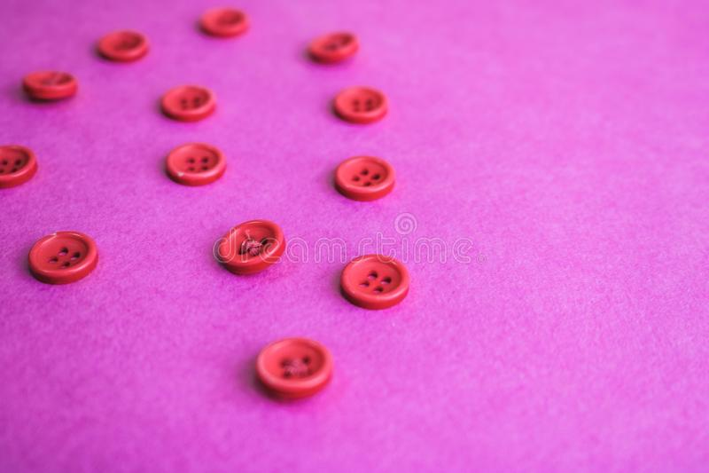 Härlig textur med många runda rosa knappar för att sy, handarbete kopiera avstånd Lekmanna- lägenhet Rosa purpurfärgad bakgrund arkivbild