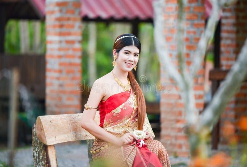 Härlig thailändsk flicka i thailändsk dräkt - den bärande bruden klär ฟร för ะ้ royaltyfria foton