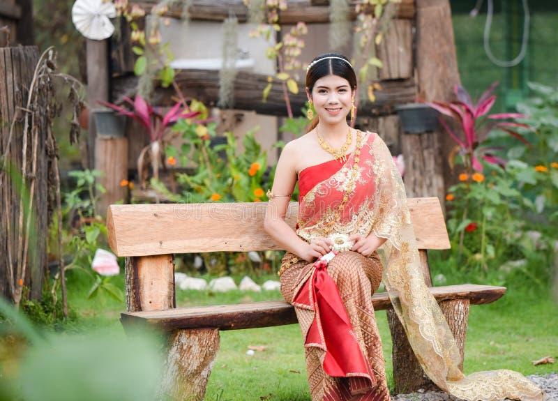 Härlig thailändsk flicka i thailändsk dräkt - den bärande bruden klär ฟร för ะ้ arkivbild