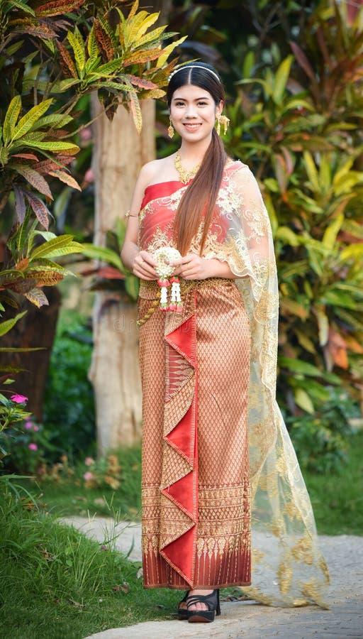 Härlig thailändsk flicka i thailändsk dräkt - den bärande bruden klär arkivbild