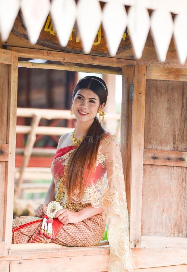 Härlig thailändsk flicka i thailändsk dräkt - den bärande bruden klär arkivfoton