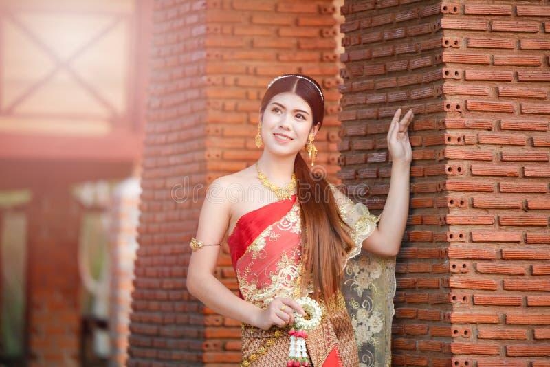 Härlig thailändsk flicka i thailändsk dräkt - den bärande bruden klär royaltyfria foton