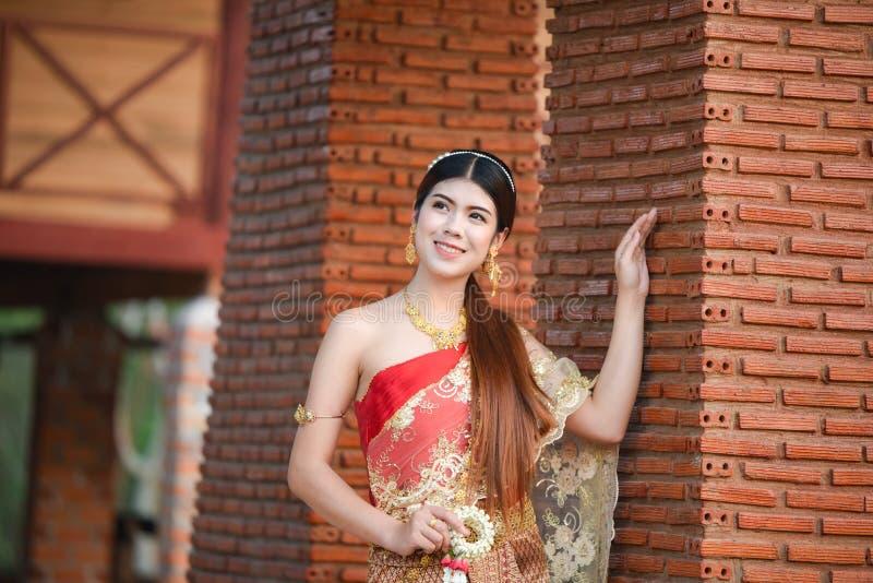 Härlig thailändsk flicka i thailändsk dräkt - den bärande bruden klär arkivbilder