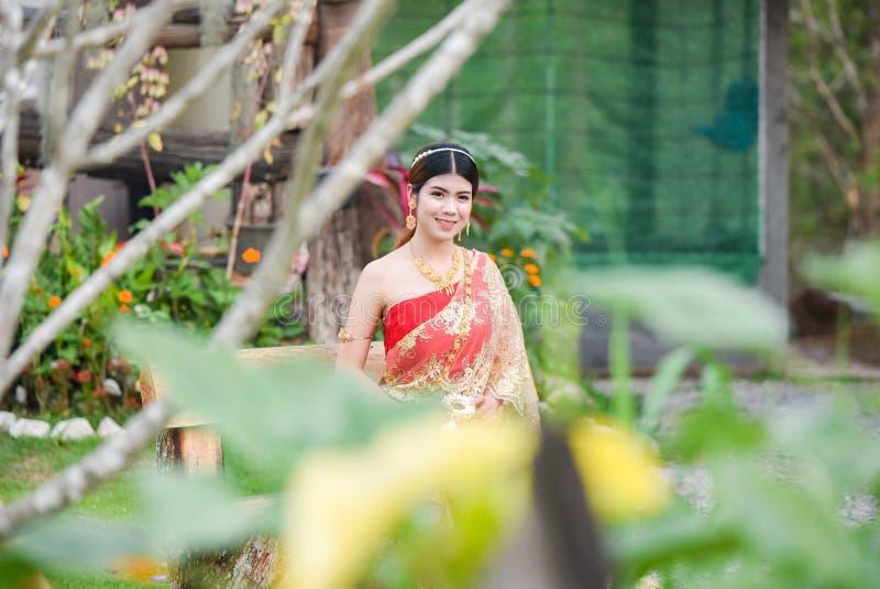 Härlig thailändsk flicka i thailändsk dräkt - den bärande bruden klär royaltyfri bild
