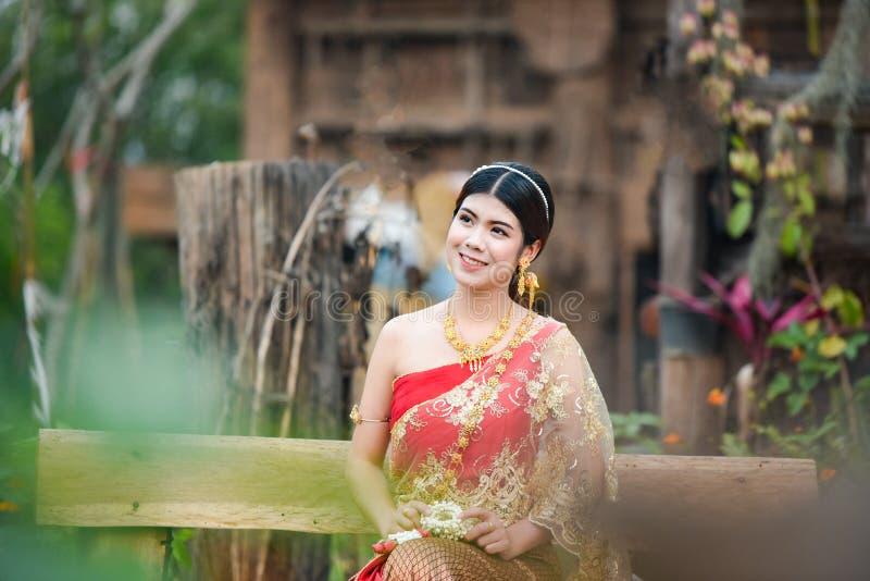 Härlig thailändsk flicka i thailändsk dräkt - den bärande bruden klär royaltyfri foto