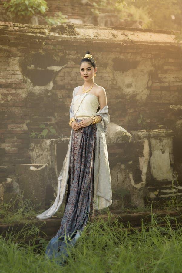 Härlig thailändsk flicka i thailändsk traditionell dräkt arkivfoton