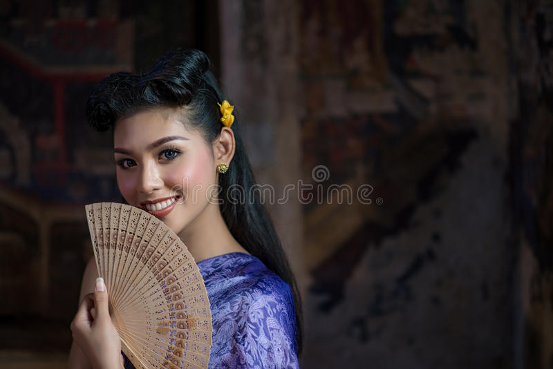 Härlig thailändsk flicka i thailändsk traditionell dräkt arkivfoto