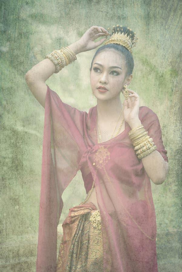 Härlig thailändsk flicka i traditionell klänningdräkt arkivbilder