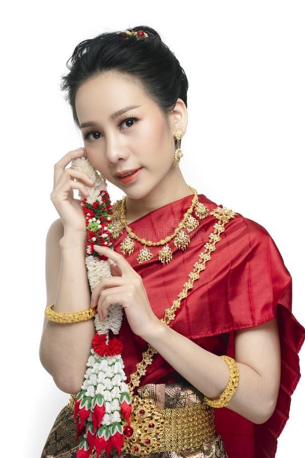 Härlig thailändsk kvinna med den traditionella klänningen royaltyfria bilder