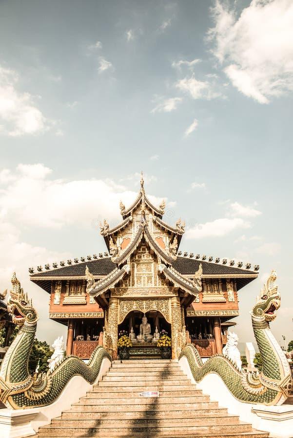 Härlig thailändsk stilkyrka på förbudhålatemplet fotografering för bildbyråer