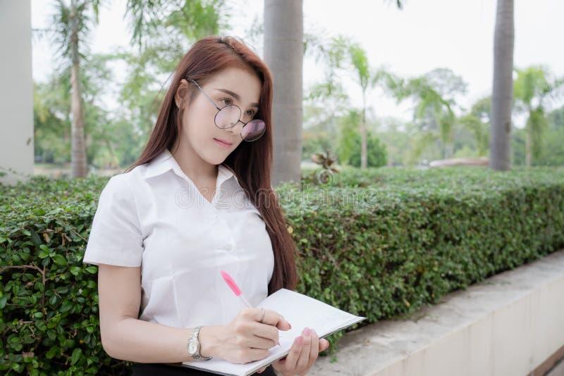 Härlig thailändsk universitetsstudent arkivfoto