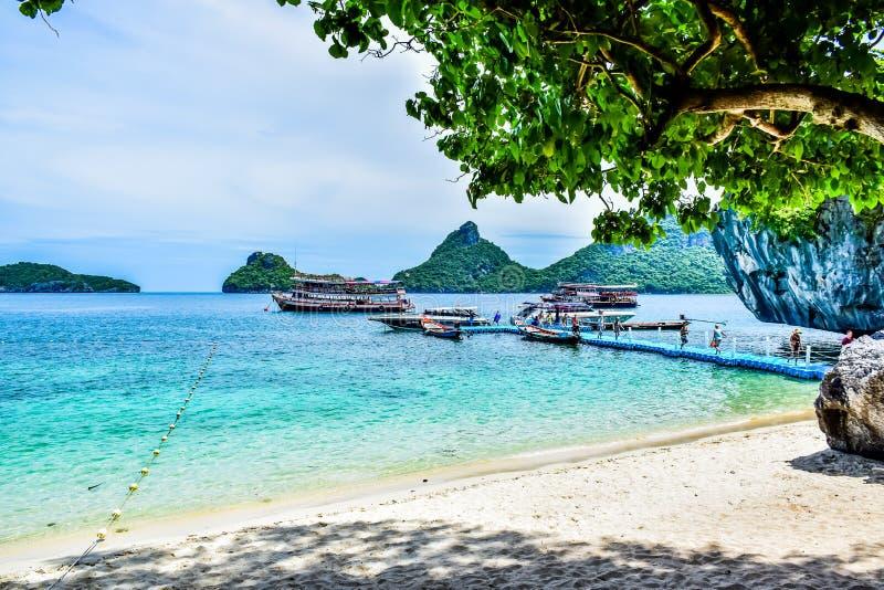 Härlig Thailand strand av Angthong Marine National Park, den populära turist- destinationen nära den Samui ön i golf av Thailand royaltyfri foto