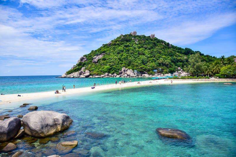 Härlig Thailand strand av den Nang Yuan ön, den populära turist- destinationen nära den Samui ön i golf av Thailand royaltyfri fotografi