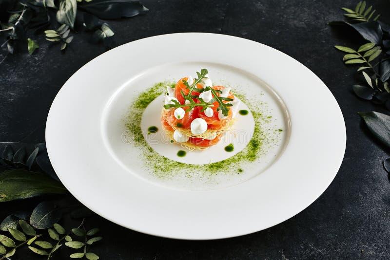 Härlig tjänande som italiensk kokkonstmaträtt av Salmon Millefeuille med gräddostmousse arkivfoto