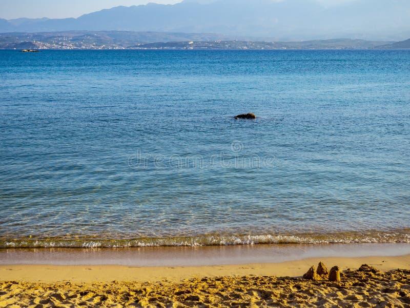 Härlig tom sandig strand - små sandslottar arkivfoto