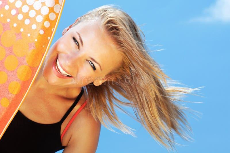 Härlig tonårig flicka för lycklig surfare fotografering för bildbyråer