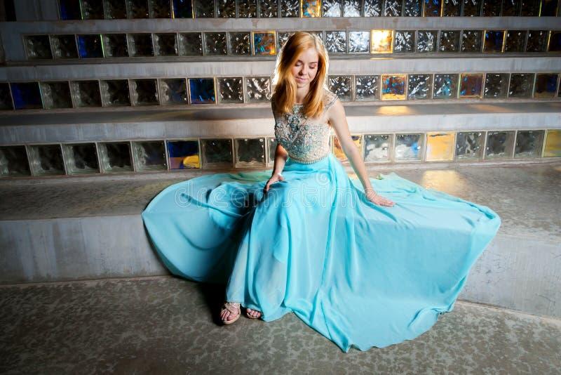 Härlig tonårig flicka i studentbalklänning royaltyfri foto