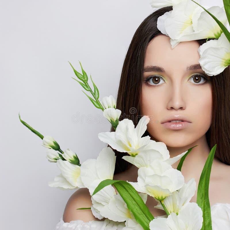 Härlig tonårig flicka med blommor arkivbilder
