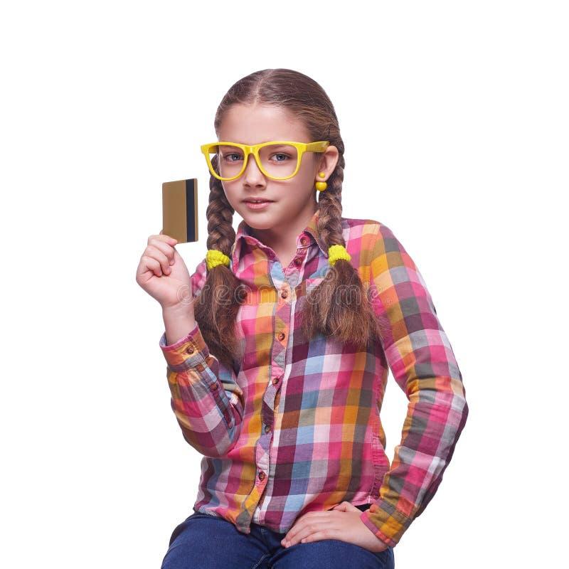Härlig tonårig flicka med kreditkorten på vit bakgrund royaltyfri bild