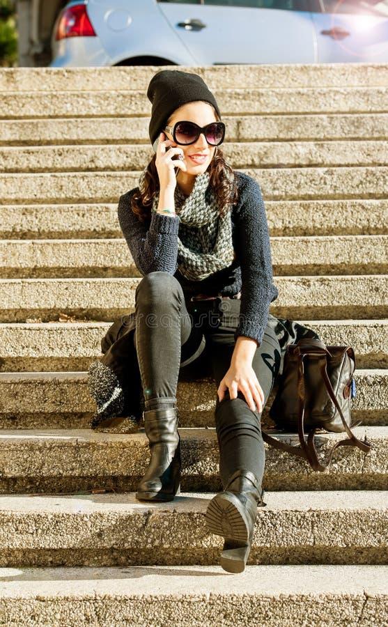 Härlig tonårig flicka som talar på telefonen royaltyfri bild