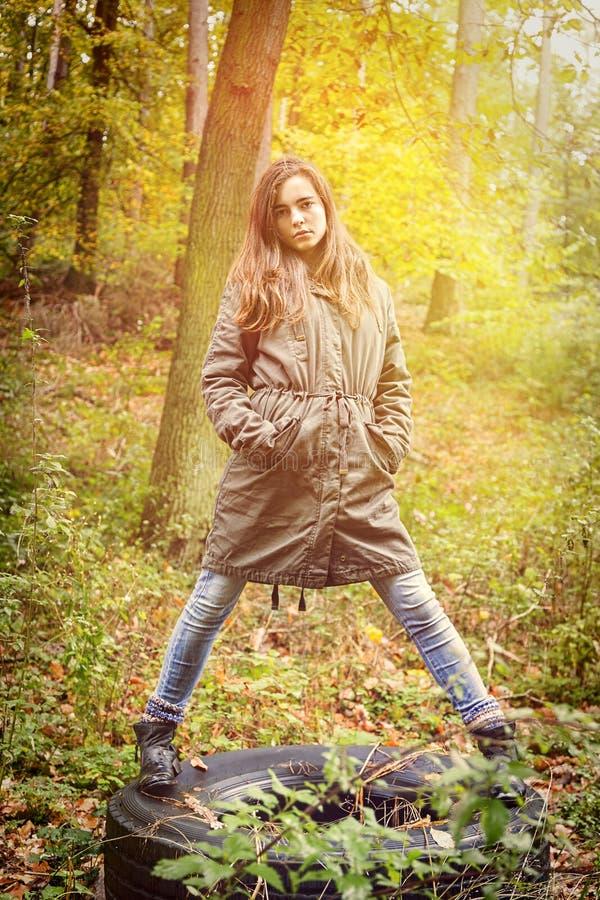 Härlig tonårs- flicka i en höstskog arkivfoto