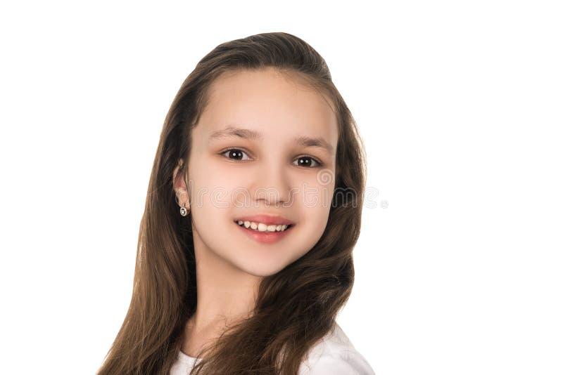 Härlig tonårs- flicka som ler på vit bakgrund som isoleras fotografering för bildbyråer