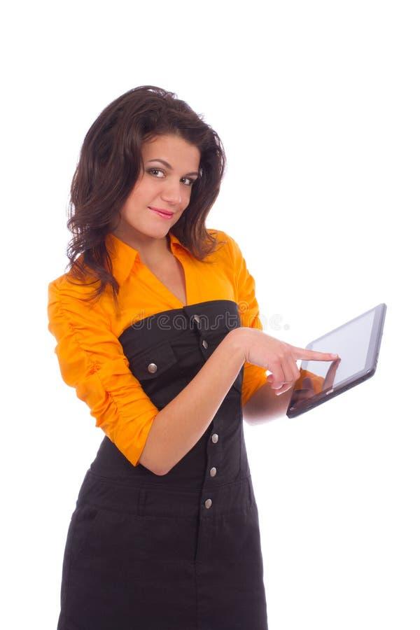 Härlig tonårs- flicka som poserar med minnestavlaPCdatoren royaltyfria bilder