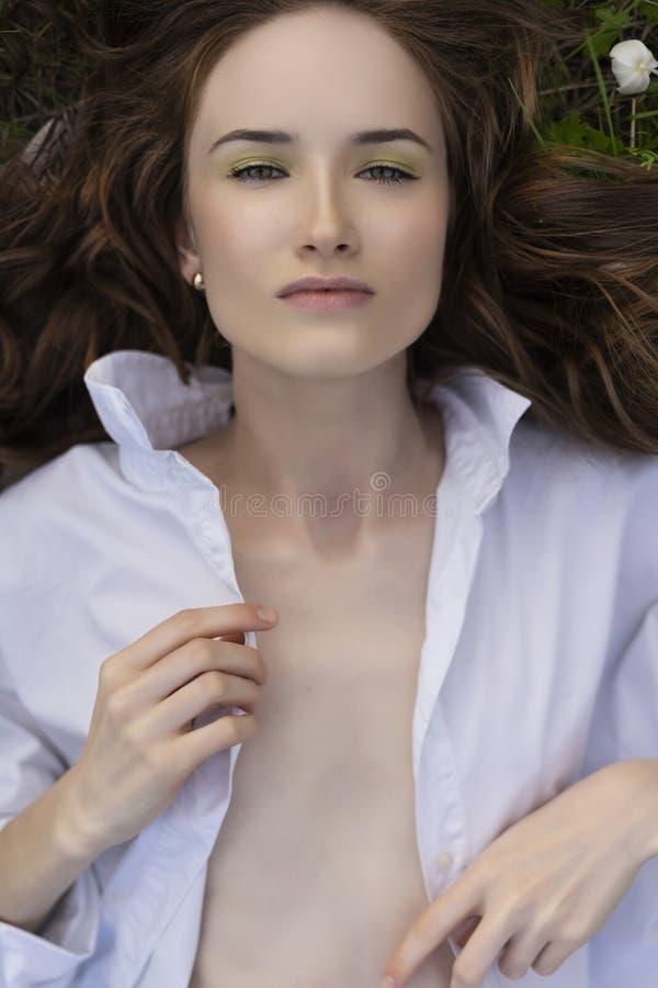 Härlig topless modellflicka som bär knäppt upp vit skjortadrea arkivfoto