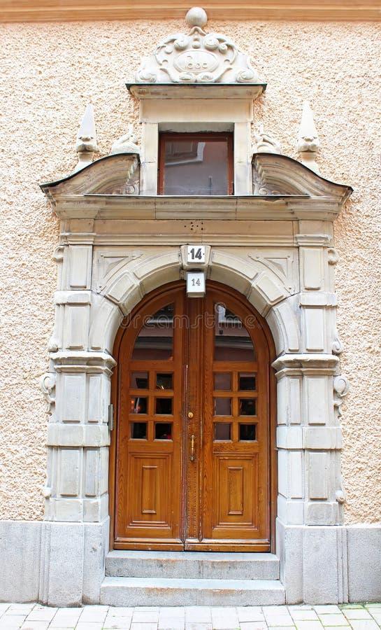 Härlig trädörr, gammal arkitektur, Stockholm fotografering för bildbyråer