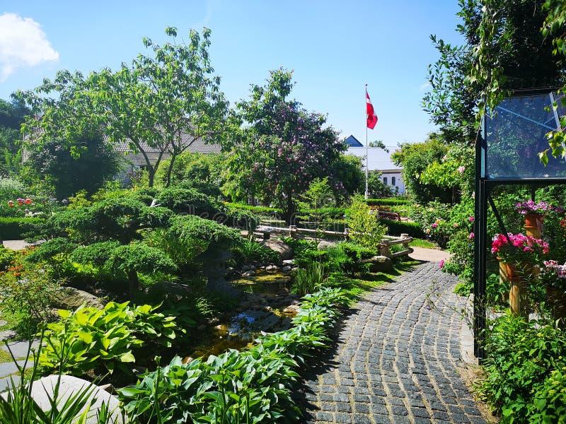 Härlig trädgård i Danmark royaltyfri fotografi