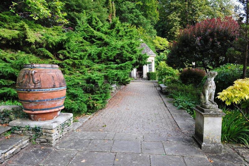 härlig trädgårds- bana royaltyfri fotografi