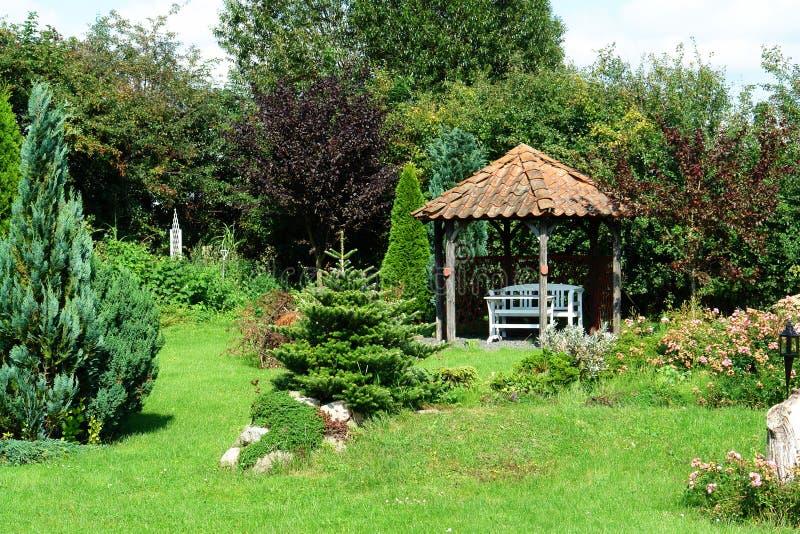 härlig trädgårds- gazeboutgångspunktpaviljong arkivfoto