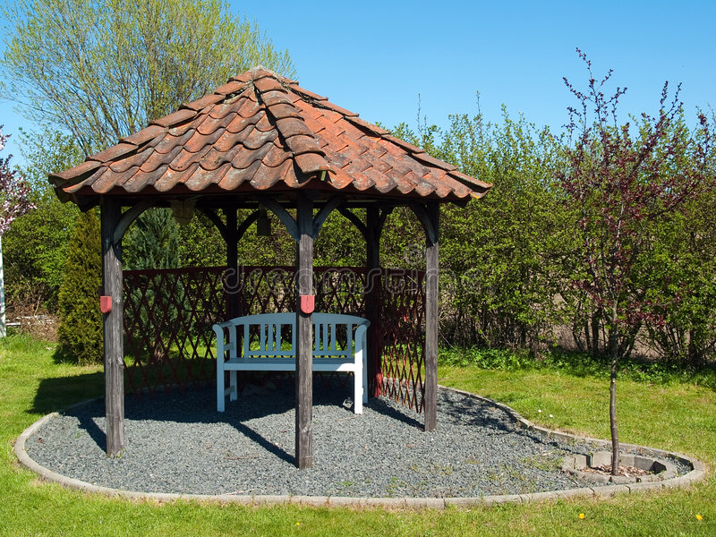 härlig trädgårds- gazeboutgångspunktpaviljong royaltyfria foton
