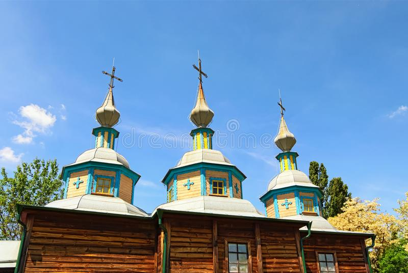 Härlig träkyrka mot blå himmel Bedöva landskapsikt i det Pereyaslav-Khmelnitsky museet av Folk arkitektur och liv arkivbilder