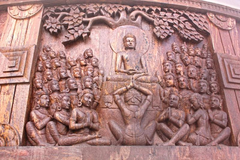 Härlig träskulptur på den japanska fredpagoden, Darjeeling, västra Bengal, Indien royaltyfri bild