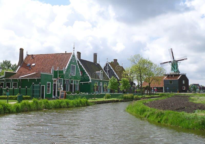 Härlig traditionell holländsk by i Zaanse Schans, Nederländerna arkivbilder