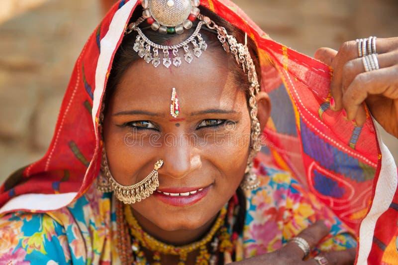 Härlig traditionell indisk kvinna fotografering för bildbyråer