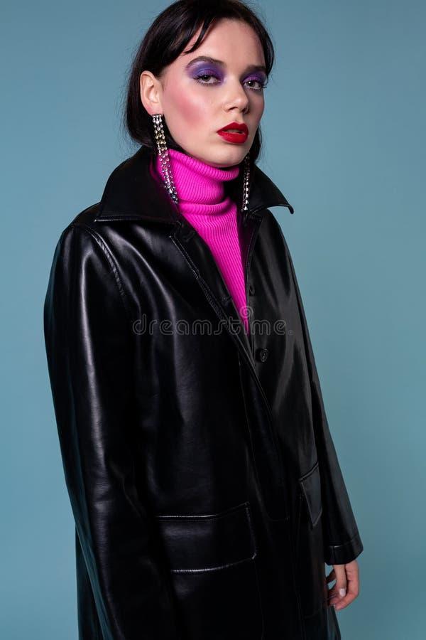 Härlig trendig kvinna för kort hår i läderkläder arkivfoto