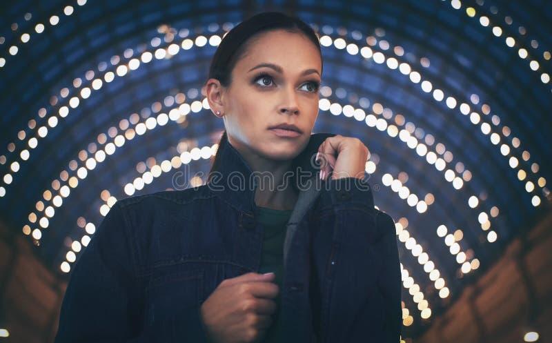 Härlig trendig kvinna som bär tillfällig kläder arkivbild