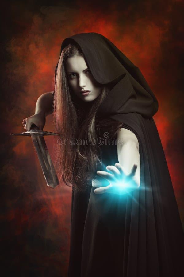Härlig trollkvinna i stridighetposition med svärdet