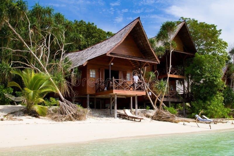 Härlig tropisk semesterort med träbungalower arkivfoto