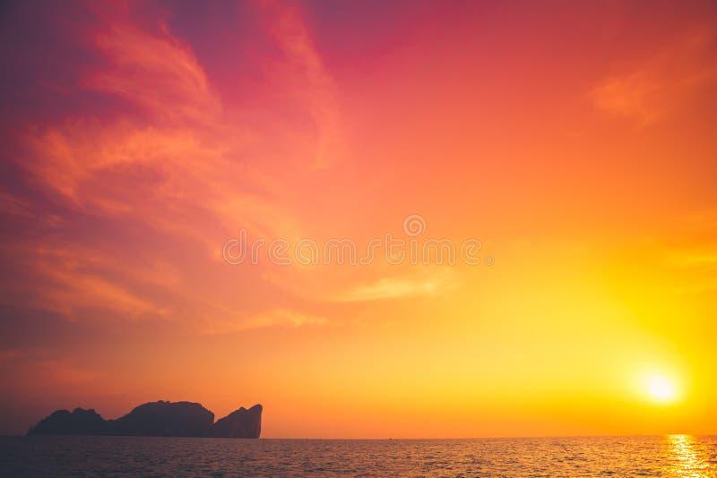 Härlig tropisk solnedgång i Krabi, Thailand arkivfoton