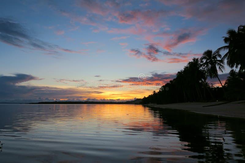 Härlig tropisk solnedgång på den Siargao ön royaltyfri foto
