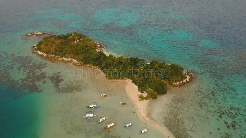 Härlig tropisk strand, flyg- sikt tropisk ö arkivfoton